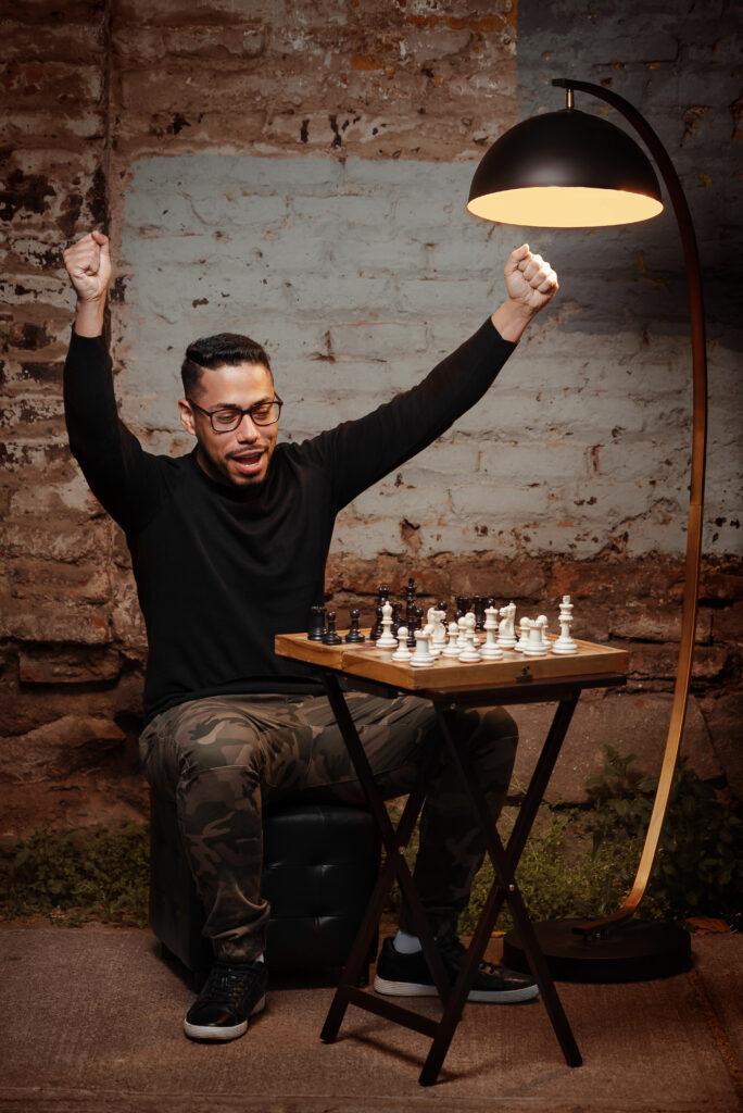 profesor de ajedrez jugando en la calle