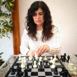persona con alzheimer jugando ajedrez