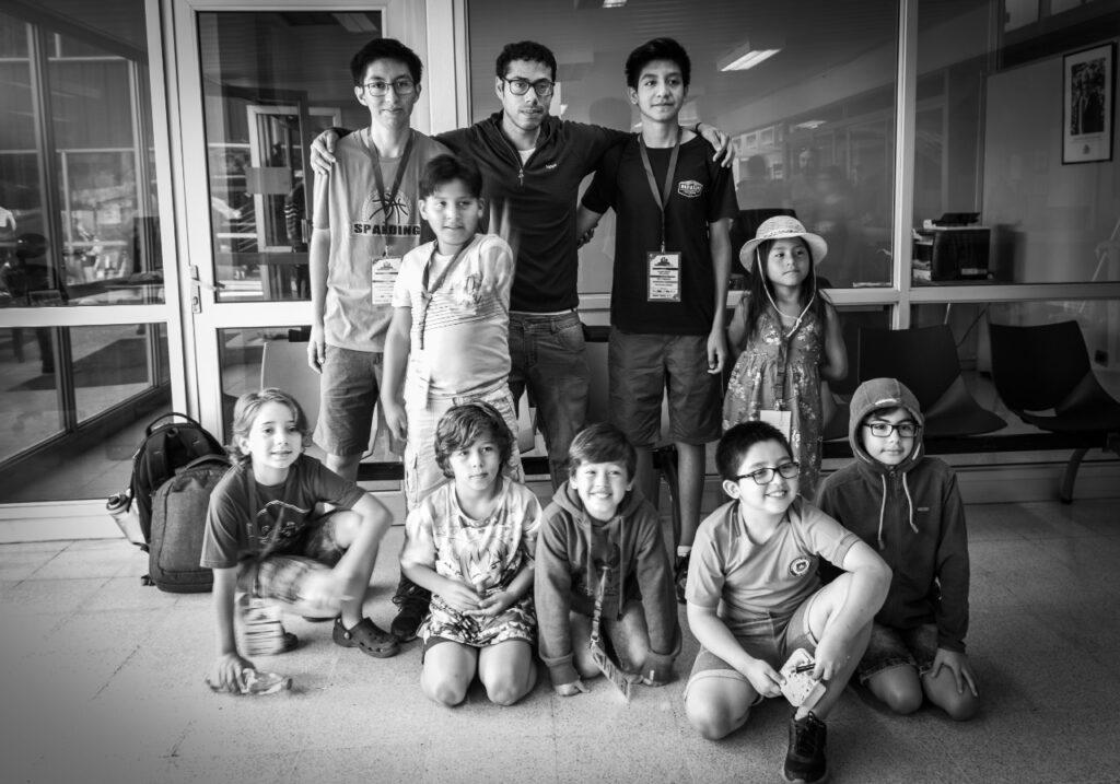 grupo de estudiantes con su profesor de ajedrez