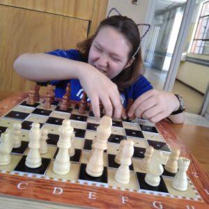 niño con condiciones especiales jugando ajedrez